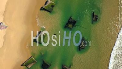 Vue Aérienne, érosion Du Littoral, Blockhaus Du Mur De L'atlantique Sur La Plage D'oceane D'horizon - Vidéo Drone