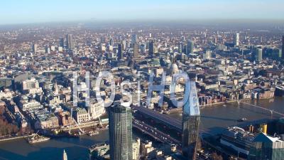 La Tamise, Tournée Vers Le Nord, Vers Le Centre-Ville Et La Ville De Londres, Filmée Par Hélicoptère