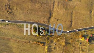 Survol D'une Route Avec Des Voitures - Vidéo Par Drone
