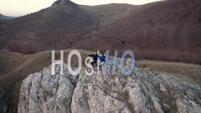 Couple De Trekking Admirant Le Paysage D'une Falaise - Vidéo Drone