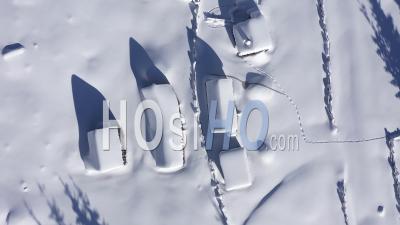 Voler Au-Dessus Des Huttes Recouvertes De Neige - Couvert De Neige