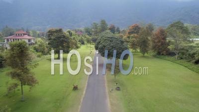 Portes Traditionnelles Ornées à Bali En Indonésie - Vidéo Drone