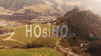 4k Images De Drone Du Village De Chiusa Perché Sur Une Colline. Italie, Sud Tirol - Vidéo Drone