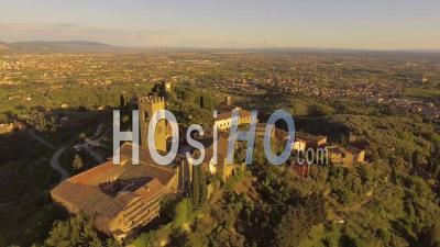 Drone Video Ancienne Ville Toscane Sur La Colline à La Lumière Du Coucher Du Soleil En Italie - Vidéo Drone