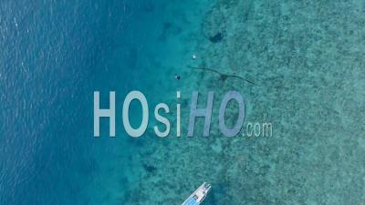 Plongée En Apnée Sur L'île De Gili Près De Bali Indonésie - Vidéo Drone