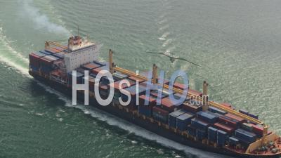 Vue De Hong Kong Birdseye Voler Bas Autour D'un Grand Cargo En Passant - Vidéo Drone