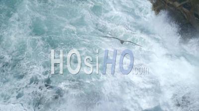 Océan Surf Breaking On Rocks. Îles De Scilly Royaume-Uni - Vidéo Drone