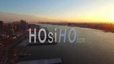 Nyc New York Usa Panoramique à Droite Avec Vue Sur Le Centre-Ville De Manhattan Et Jersey City Pendant Le Coucher Du Soleil - Vidéo Drone