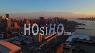 Nyc New York Usa Panoramique à Gauche Avec Vue Sur Le Paysage Urbain Complet De Manhattan Au Coucher Du Soleil - Vidéo Drone