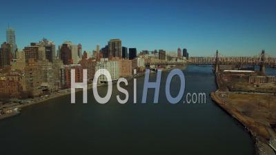Nyc New York Usa Voler Bas Au-Dessus De L'east River Panoramique à Gauche Avec Vue Sur Le Paysage Urbain De Midtown East Manhattan - Vidéo Drone