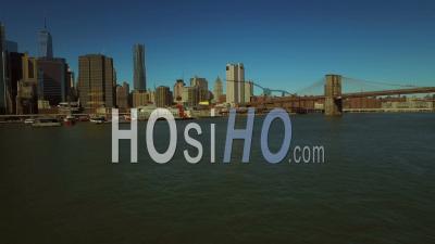 Nyc New York, États-Unis Vol à Basse Altitude Au-Dessus D'east River Et Dans Le Quartier Financier De Manhattan - Vidéo Drone