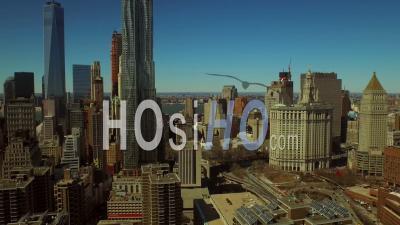 Nyc New York, États-Unis Vol à Basse Altitude Au-Dessus Du Quartier Financier De Manhattan, Panoramique à Gauche Avec Vue Sur La Ville - Vidéo Drone