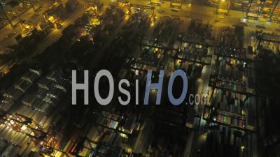 Hong Kong Vol Bas Au-Dessus D'un Grand Terminal De Chantier Naval La Nuit. - Vidéo Drone