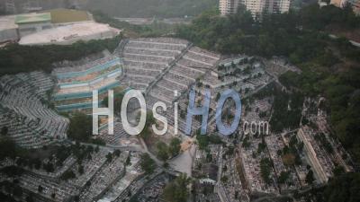 Vue Aérienne De Hong Kong Survolant Le Cimetière St Raphael à Basse Altitude - Vidéo Drone