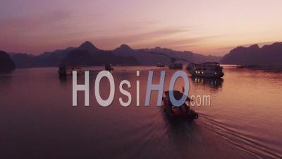 Coucher De Soleil Sur Un Petit Bateau Dans La Baie D'ha Long Au Vietnam - Vidéo Drone