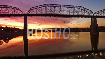 Vue Aérienne Du Pont De La Rue Walnut Au-Dessus De Chattanooga Dans Le Tennessee - Vidéo Drone
