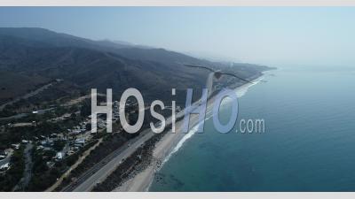 Montagnes Au Loin Et Vagues Sur Le Rivage Adjacentes à La Pacific Coast Highway