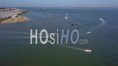 Bateaux De Pêche Et De Loisirs Quittant Le Port D'arcachon En Une Journée D'été, Vus Par Drone