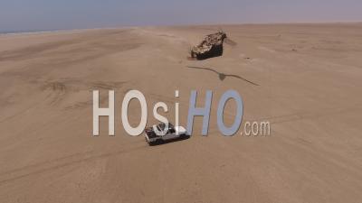 Blanc Ramasser La Conduite Devant L'épave Du Navire Eduard Bohlen, Désert Du Namib