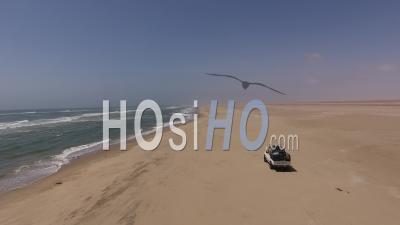 White Pick Up, Conduite Sur Le Sable Le Long De L'océan Atlantique, En Namibie