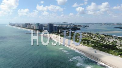 Vues Aériennes Magnifiques De Miami Beach Depuis L'eau - Vidéo Drone