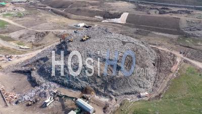 Décharge Près D'une Ville Pleine De Déchets - Vidéo Drone