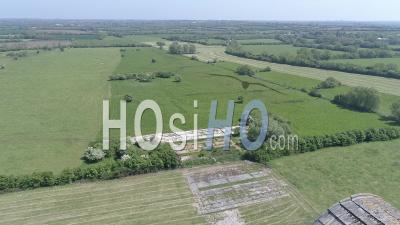 Vue Aérienne D'un Hangar De Dirigeables à Ecausseville, Normandie, France - Vidéo Drone