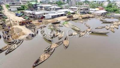 Hommes Travaillant Sur Leurs Pirogues Sur Le Fleuve Wouri, Cameroun - Vidéo Drone