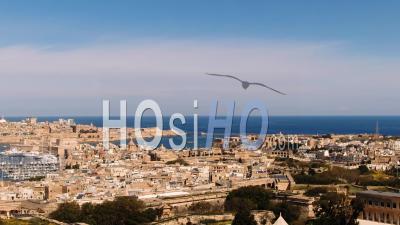 Vue Aérienne D'approche Des Villes De Vittoriosa (birgu) Et De La Valette à Malte - Vidéo Drone