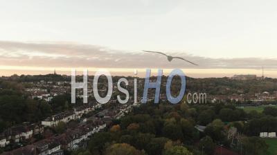 Village édouardien Typique Au Nord De Londres Au Coucher Du Soleil - Vidéo Drone