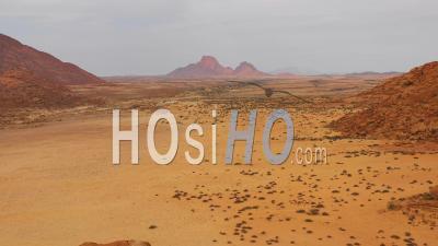 Vue Aérienne Sur Le Désert Du Namib Et Les Formations Rocheuses Massives à Spitzkoppe, Namibie - Vidéo Drone