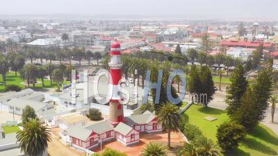 Vue Aérienne Sur Swakopmund, Namibie, Une Charmante Ville Côtière Germanique Avec Phare Sur La Skeleton Coast - Vidéo Drone