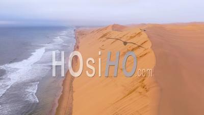 Vue Aérienne Sur Les Vastes Dunes De Sable Du Désert Du Namib Le Long De La Skeleton Coast De La Namibie Se Termine Sur Safari Van - Vidéo Drone