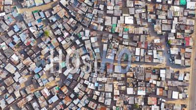 Tout Droit Vers Le Haut, Vue Aérienne Sur Le Township De Ramshackle, Un Des Bidonvilles Frappés Par La Pauvreté, Le Ghetto Ou Les Townships D'afrique Du Sud, Dans Le Township De Gugulethu, En Afrique Du Sud - Vidéo Drone