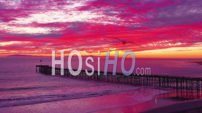 Vue Aérienne Sur Une Longue Jetée Et L'océan Pacifique Et Les îles Anglo-Normandes à Ventura, Californie Du Sud - Vidéo Drone