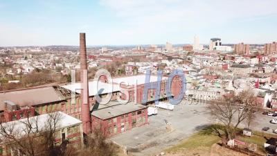 Vue Aérienne D'une Usine Américaine Abandonnée Avec Cheminée Près De Reading, Pennsylvanie - Vidéo Drone