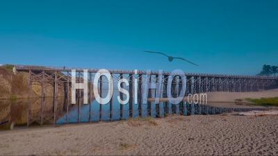 Une Vue Aérienne D'une Plage Générique Le Long De La Côte De La Californie Centrale Avec Une Passerelle Distante - Vidéo Drone