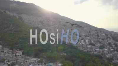 Vue Aérienne Au Lever Du Soleil Sur Les Bidonvilles, Favela Et Bidonvilles Dans Le District De Cite Soleil à Port-Au-Prince, Haïti -Vidéo Drone
