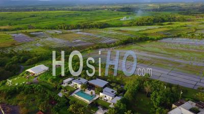 Vue Aérienne Sur Un Complexe De Luxe Tentaculaire D'élégant Complexe Résidentiel Le Long De La Côte De Bali, Indonésie -Vidéo Drone