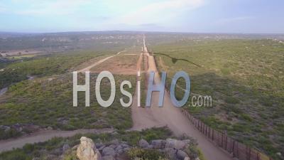Le Drapeau Américain Flotte Au-Dessus De La Frontière Entre Les États-Unis Et Le Mexique Dans Le Désert De Californie - Vidéo Drone