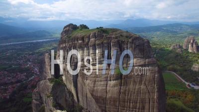 Vue Aérienne Sur Les Magnifiques Formations Rocheuses Des Météores, Grèce - Vidéo Drone