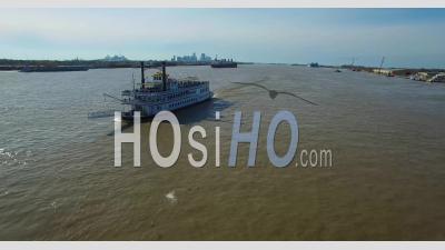 Vue Aérienne Sur Un Bateau à Vapeur à Aubes Sur Le Fleuve Mississippi Avec L'horizon De La Nouvelle-Orléans à Distance - Vidéo Drone
