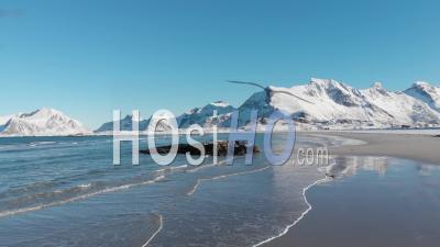 Plage Enneigée Et Vagues Déferlantes Sur Les Rochers En Hiver Aux îles Lofoten -Vidéo Drone