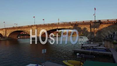 Vue Aérienne Sous Le Pont De Londres à Lake Havasu, Arizona - Vidéo Drone