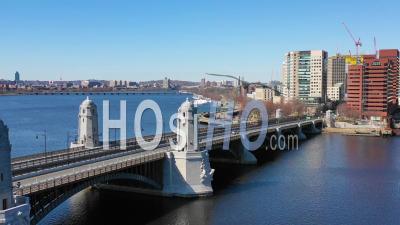 Vue Aérienne Des Toits De La Ville De Cambridge, Boston, Massachusetts, Avec Pont De Longfellow Et Passage De Métro - Vidéo Drone