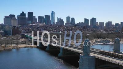 Vue Aérienne Des Toits De La Ville De Boston Dans Le Massachusetts Avec Le Pont Longfellow Et Le Passage à Niveau Du Métro - Vidéo Drone