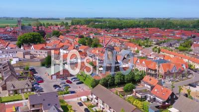 Vue Aérienne Sur La Ville Hollandaise Classique Avec Son éminent Moulin à Vent, Sluis, Pays-Bas - Vidéo Drone