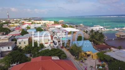 Vue Aérienne Sur La Ville De Belize, Belize, Le Port Et Le Centre-Ville - Vidéo Drone