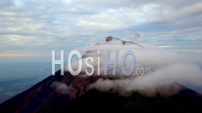 Vue Aérienne Sur Un Volcan Actif Au Guatemala - Vidéo Drone
