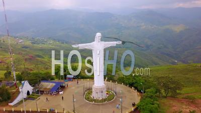 Vue Aérienne Autour De La Statue De Cristo Rey à Cali, Colombie - Filmé Par Drone